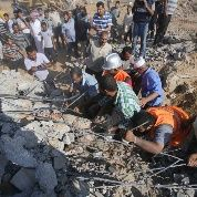 Palestinians search for victims under the rubble of a house which witnesses said was destroyed by an Israeli air strike during an Israeli ground offensive east of Khan Younis in the southern Gaza Strip July 24, 2014. (Photo: Reuters)