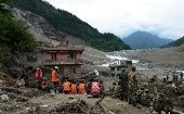 Nepalese rescue personnel gather during a recovery operation following a landslide at Lamo Sanghu on the Sukoshi river, some 70 kms northeast of Kathmandu, on August 6, 2014 (Photo: AFP)
