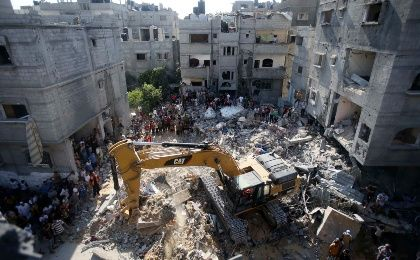 Palestinians gather as rescue workers search for victims under the rubble of a house, which witnesses said was destroyed in an Israeli air strike that killed three senior Hamas military commanders, in Rafah in the southern Gaza Strip August 21, 2014. (Photo: Reuters)