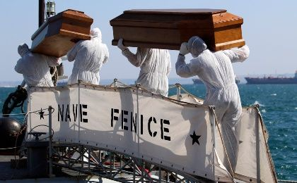 Coffins containing bodies of migrants who died are carried off a navy ship at the Sicilian harbour of Augusta August 26, 2014 (Photo: Reuters)