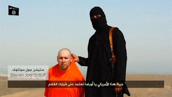 Sotloff, de 31 años, aparece en el video vestido con una braga naranja y arrodillado junto a su verdugo. (Foto: Reuters)