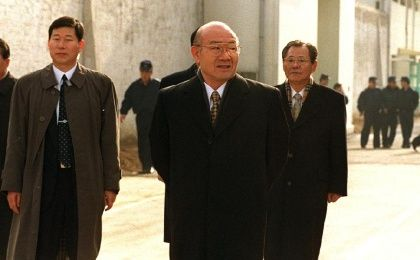 Former South Korean president Chun Doo-Hwan walks out of the gates of Seoul's Anyang prison after being given amnesty on December 22, 1997. (Photo: AFP)