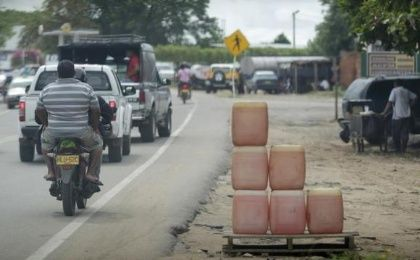 Motorists drive past containers of smuggled petrol on a roadside in Maicao near the border with Venezuela August 15, 2012 (Photo: Reuters)