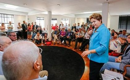 Brazilian President Dilma Rousseff spoke to a group of 60 intellectuals in a meeting Wednesday. (Photo: Agencia PT) warning about the dangers of a neoliberal right turn in the country