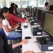 Jóvenes latinoamericanos usando computadoras