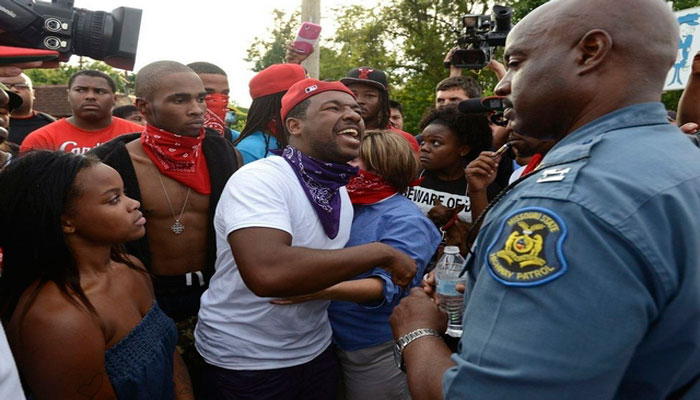 Los disturbios ocurrieron tras la quema de un memorial en honor a Mike Brown (Getty)