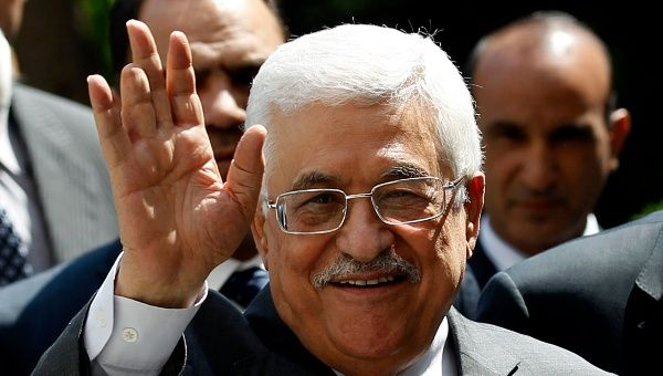 Palestinian president, Mahmoud Abbas, waves to the media. (Photo: Reuters)