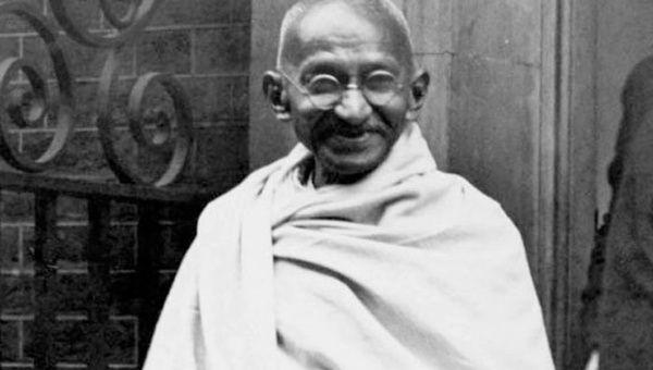 15 claves sobre la vida de Gandhi History_gandhi_on_arrival_in_britain_speech_sf_still_624x352.jpg_1718483346