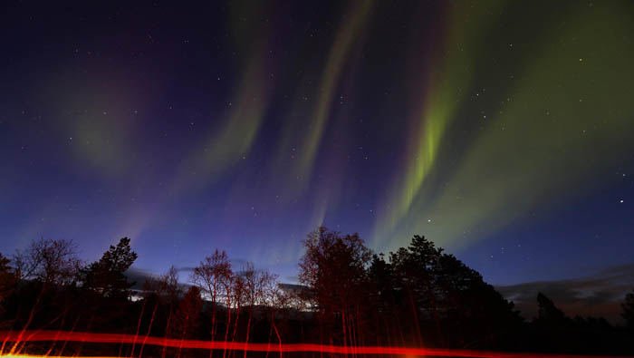 La aurora boreal aparece en forma de cortina de luz, pero también puede aparecer con forma de arcos o espirales. Reuters