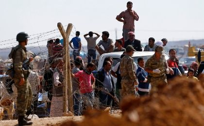 Syrian Kurds wait to cross into Turkey with their vehicles near the southeastern Turkish town of Suruc in Sanliurfa province September 30, 2014. (Photo: Reuters/Murad Sezer)
