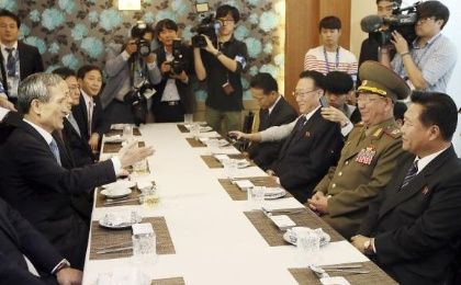 South Korea's national security adviser Kim Kwan-Jin (L) talks with Hwang Pyong So (2nd R), director of the North Korean army's General Political Bureau, Choe Ryong Hae (R), a secretary of the central committee of the Workers' Party of North Korea and Kim Yang Gon (3rd R), director of the United Front Department of the ruling Workers' Party of North Korea, during a luncheon meeting in Incheon October 4 (Photo: Reuters).
