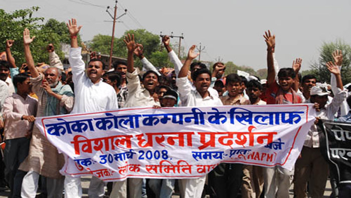 Pobladores de Varanasi, India, marcharon para demandar el cierre inmediato de una fábrica de Coca-Cola. (Foto: India Resource Center)