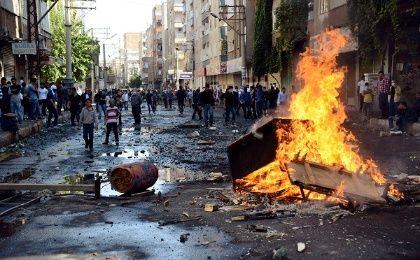 Kurdish protesters set fire to a barricade set up to block the street as they clash with riot police in Diyarbakir October 7, 2014 (Photo: Reuters)
