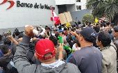 Workers Demonstration in Front of National Bank (Photo: Rael Mora)
