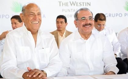 Designer Oscar de la Renta (L) with President of the Dominican Republic, Danilo Medina (Photo: EFE)