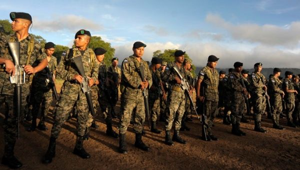 Honduran army officers (Photo: Reuters).