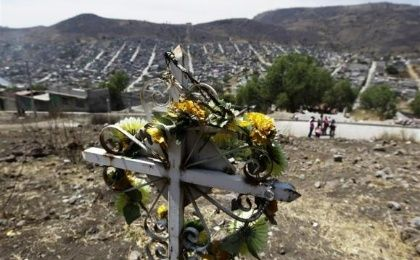 A cross erected in memory of murdered girls stands in a vacant field overlooking Ecatepec on the outskirts of Mexico City April 9, 2013. (Photo: Reuters/Henry Romero)