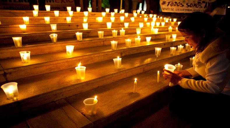 Los dominicanos encendieron velas para pedir por los 43 estudiantes