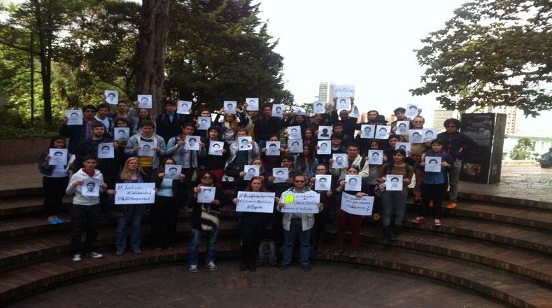 """En Bogotá (capital colombiana) las pancartas """"Justicia para Ayotzinapa""""  exigen al Gobierno mexicano regresar vivos a los estudiantes"""
