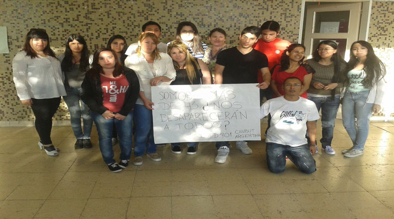 En tanto, estudiantes argentinos exigieron justicia acompañados de una gran pancarta