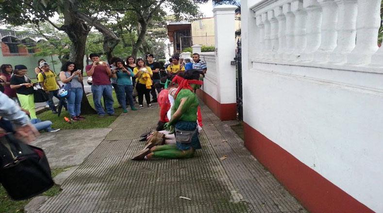 Los jóvenes dramatizaron la aguda situación de violencia e inseguridad en México