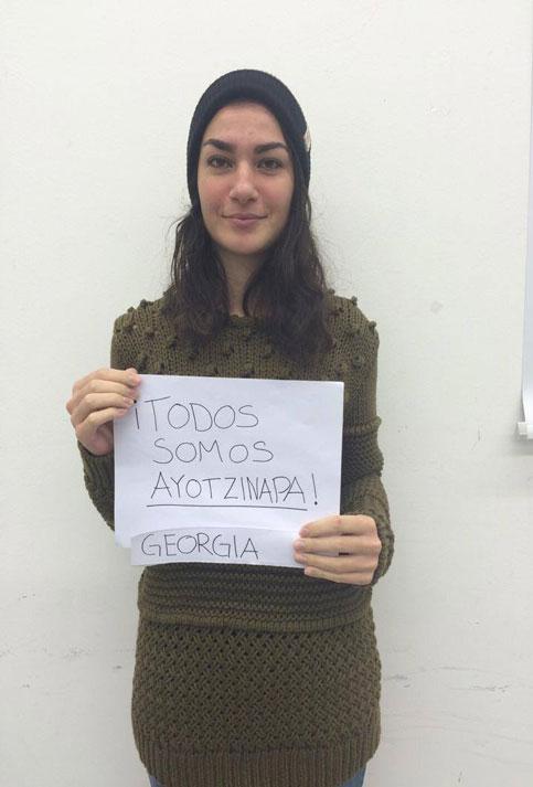 Una joven de Georgia expresa su solidaridad con México