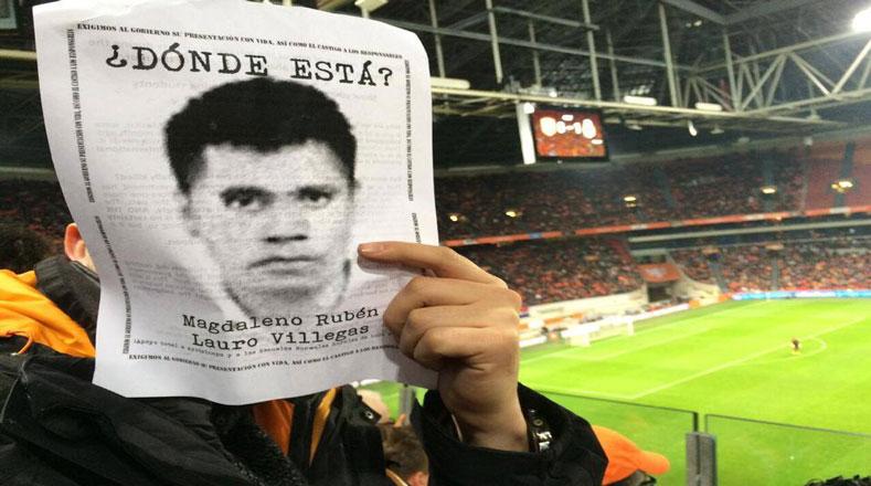 La indignación ha llevado el reclamo a los partidos de fútbol, los fanáticos preguntan dónde están los normalistas