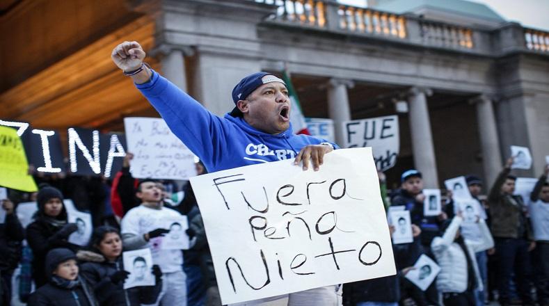 Mexicanos residentes y activistas participaron en una manifestación en protesta por la desaparición de 43 estudiantes en el estado mexicano de Guerrero en la Union Square de Nueva York.