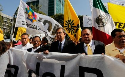 Cuauhtemoc Cardenas (center) and other PRD leaders protest energy reforms (Photo: Reuters)