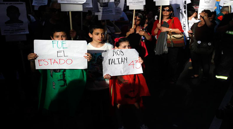 Familias uruguayas salieron exigir el regreso de los normalistas