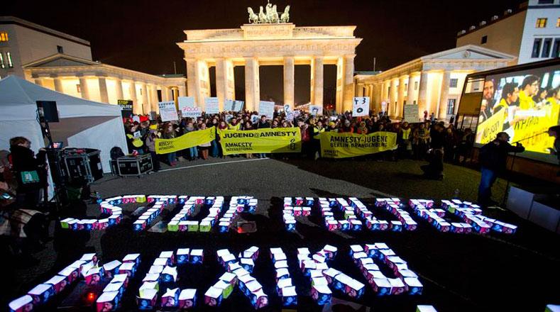 Universitarios alemanes encienden luces que dicen ¡Basta de violencia en México!