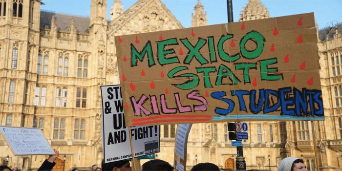Después de recorrer diferentes calles de Londres, la marcha terminó frente al parlamento británico, donde estudiantes de todo el país expresaron su solidaridad con los alumnos de Ayotzinapa.  (Foto: London Mexico Solidarity Group)