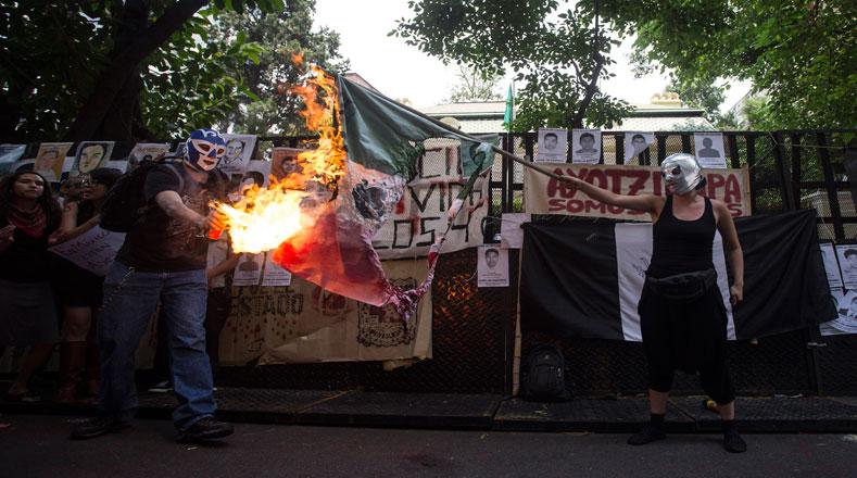 Este jueves 20 de noviembre, la capital argentina, Buenos Aires, albergó una protesta que incluyó la quema de un muñeco similar a Enrique Peña Nieto.