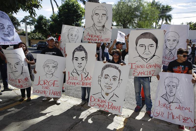 Un grupo de activistas de El Salvador se concentraron en la capital de ese país este 20 de noviembre para apoyar a Ayotzinapa.