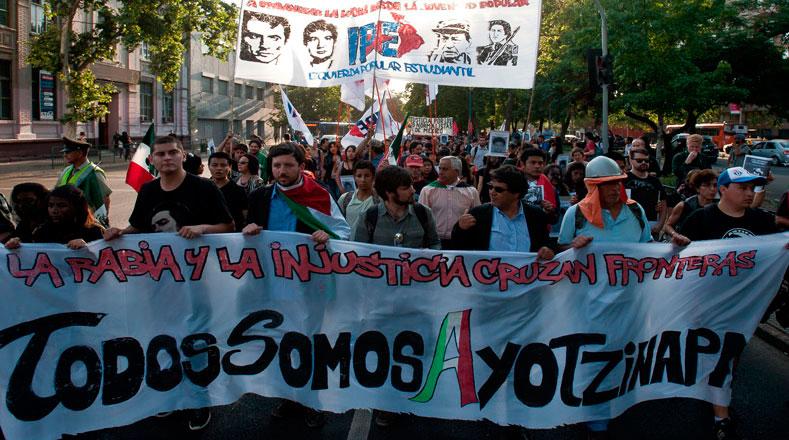 En Chile marchan como parte de la jornada global por Ayotzinapa