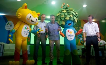 Eduardo Paes (C), the mayor of Rio de Janeiro gives the keys of the city to mascots of the Rio 2016 Olympic and Paralympic Games, accompanied by the President of the Brazilian Olympic Committee and head of the Rio 2016 Olympic Games Carlos Nuzman (2nd L) and President of the Brazilian Paralympic Committee Andrew Parsons. (Photo: REUTERS/Pilar Olivares)
