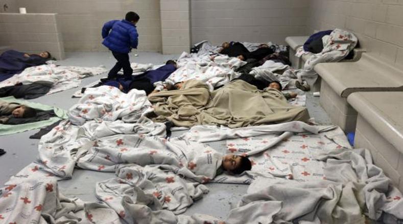En condiciones de hacinamiento, los niños deben esperar el largo proceso de deportación hacia su país de origen. Brownsville, Texas