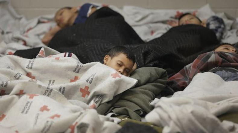 No parece haber espacio para ubicar a tantos niños detenidos por la Guardia Fronteriza de EE.UU. Brownsville, Texas.