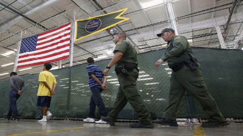 """Nuevos niños sin compañía llegan al Centro de """"Ubicación"""" de Nogales, localizado en la ciudad de Nogales, Arizona."""