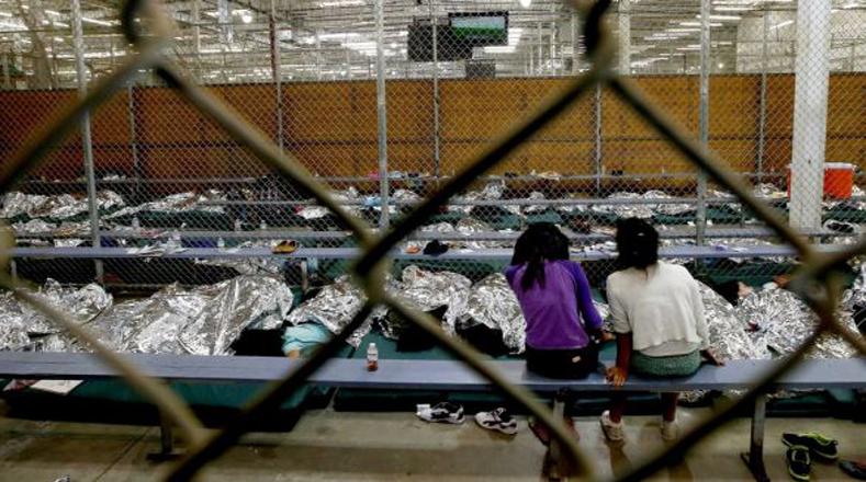 El fútbol sirve de aliento a estas niñas migrantes.