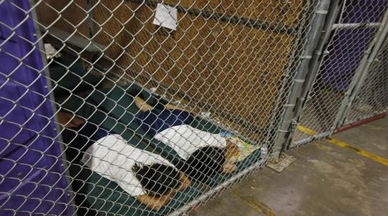 Prácticamente enjaulados, dormir parece calmar la angustia de los niños en Nogales, Arizona.