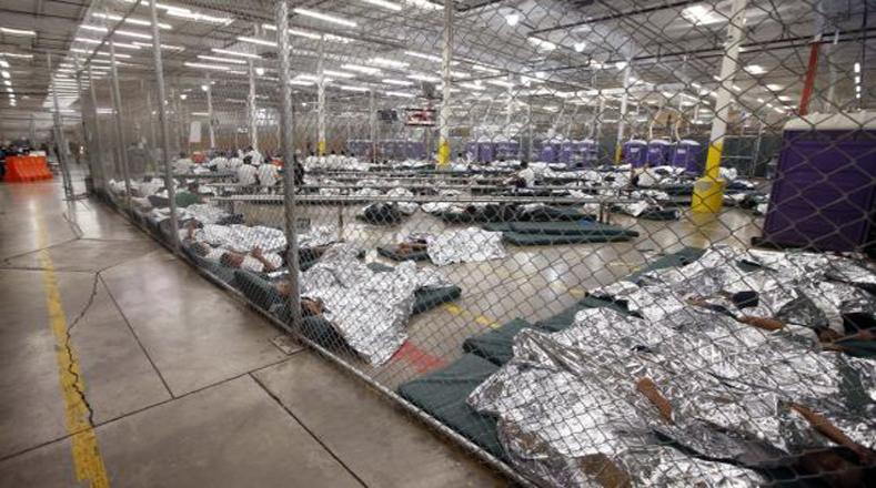 Divididos por género y separados por alambradas, el centro de Nogales luce como un gran campo de concentración.