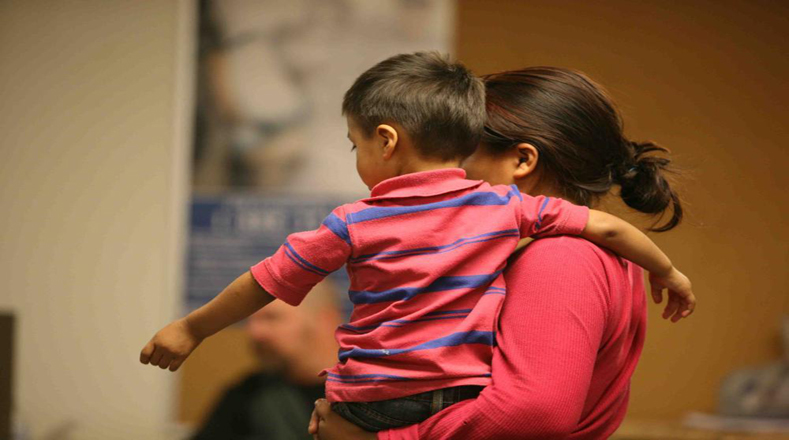 Mujeres y niños se encuentran en este centro en Artesia, Nuevo México, a la espera de deportación.