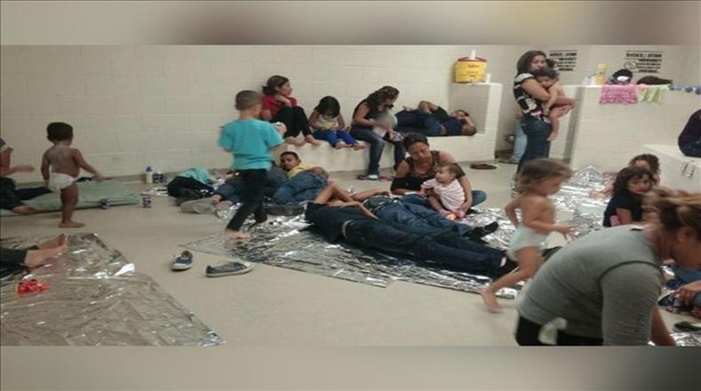 Los migrantes centroamericanos son puestos en un cuarto común por largos períodos de tiempo.