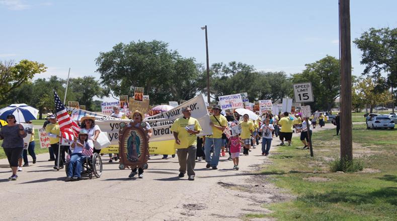 Los residentes locales de Artesia, Nuevo México, piden que liberen a los detenidos en los centros de detención.