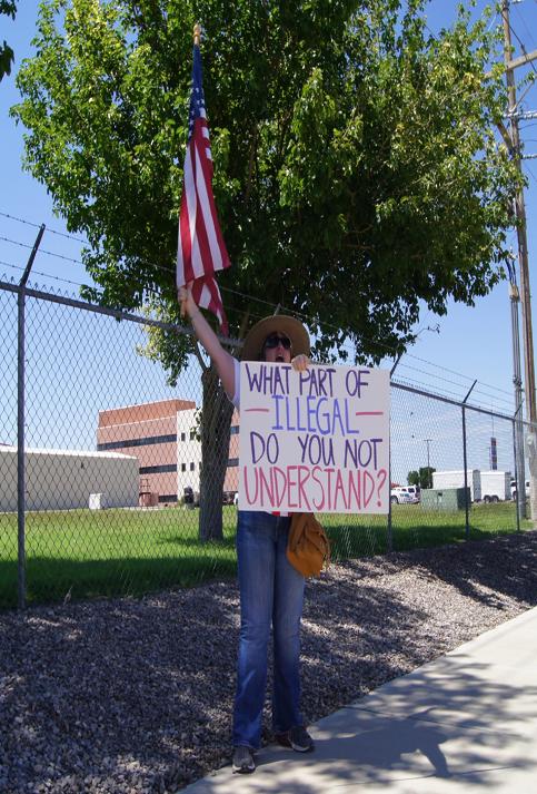 """""""¿Qué parte de ilegal es que no comprendes?"""" dice el mensaje de esta ciudadana estadounidense frente al centro de detención."""
