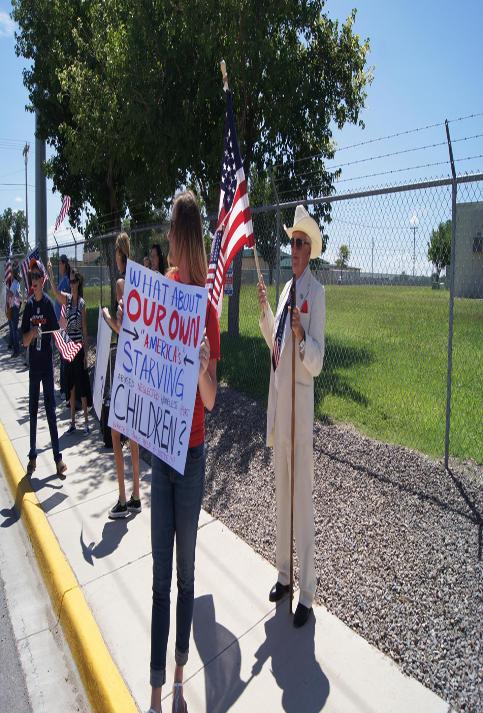 """""""¿Y qué de nuestros propios niños ´americanos´ hambrientos? dice otra manifestante antiinmigrante."""