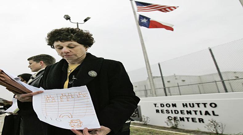 Barbara Hines, profesora de leyes de la Universidad de Texas, sostiene un dibujo hecho por un niño recluido en el centro de detención de Don Hutto en Taylor, Texas
