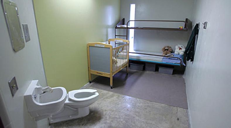 Los niños son recluidos en instalaciones construidas como cárceles.