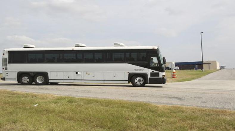 Decenas de niños y madres migrantes llegan al centro de detención Karnes City, Texas.